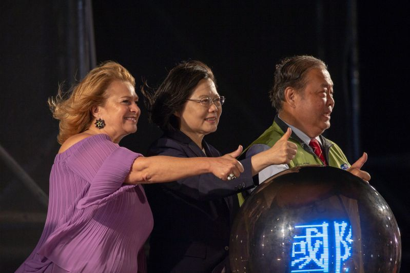 President Tsai Ing-wen (center) is joined by MBBW President Maria das Dores Meira and Penghu County Magistrate Chen Kuang-fu in giving the thumbs-up to the Most Beautiful Bay Carnival Sept. 27 in Taiwan's outlying Penghu County.