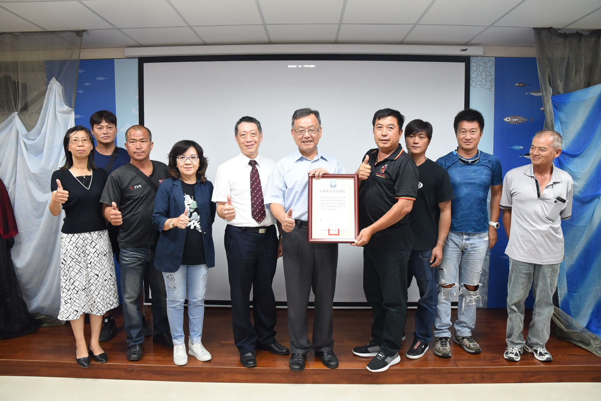 County Mayor Lai presented the Certificate of Gratitude