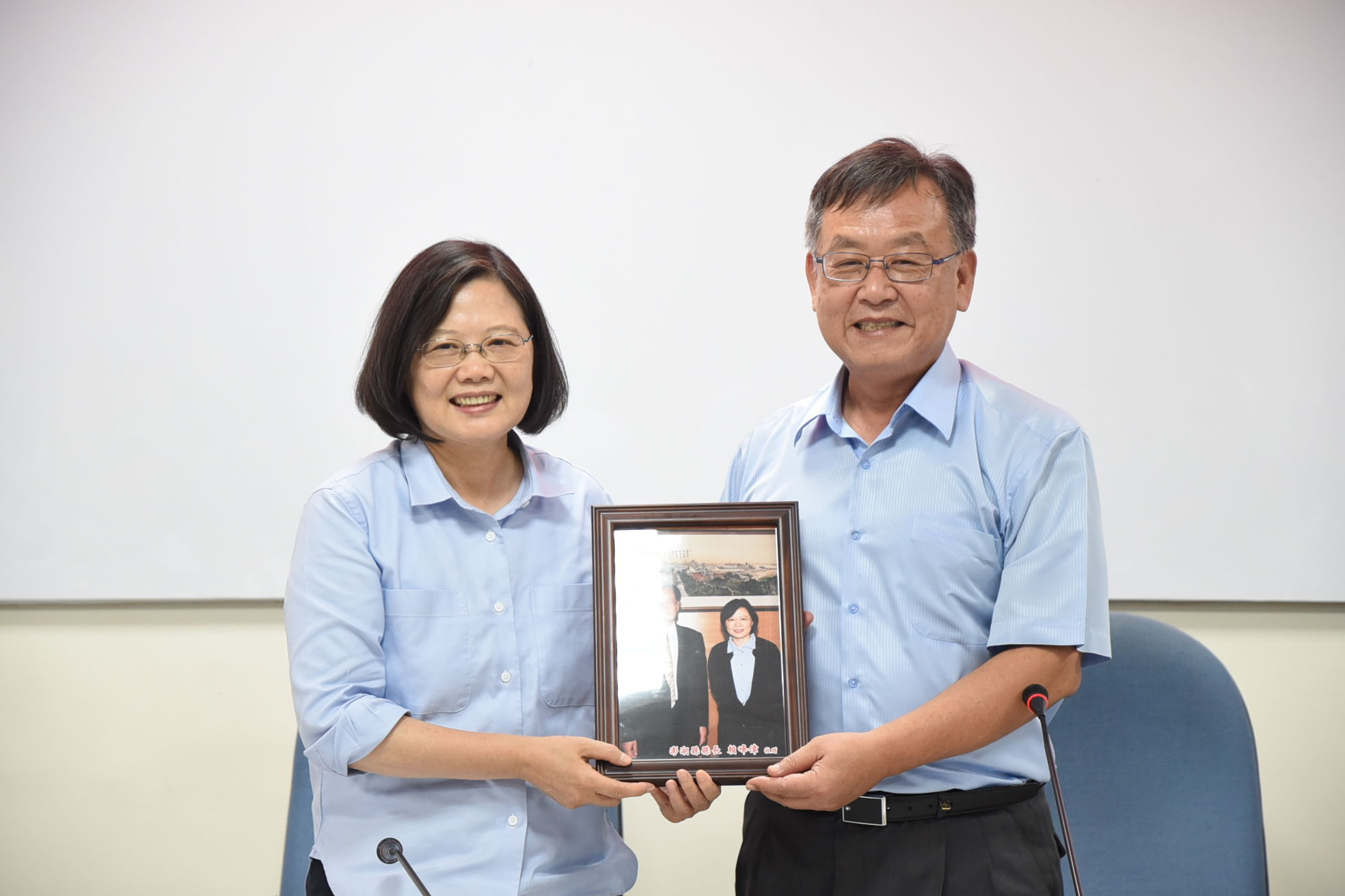 County Mayor Lai Feng-Wei present a photo with President Tsai